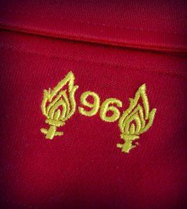 Vzpomínku na oběti Hillsborough dodnes najdete na dresech Liverpoolu FC