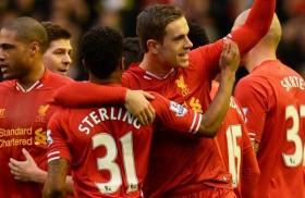 Raheem Sterling a Jordan Henderson se radují z branky Liverpoolu