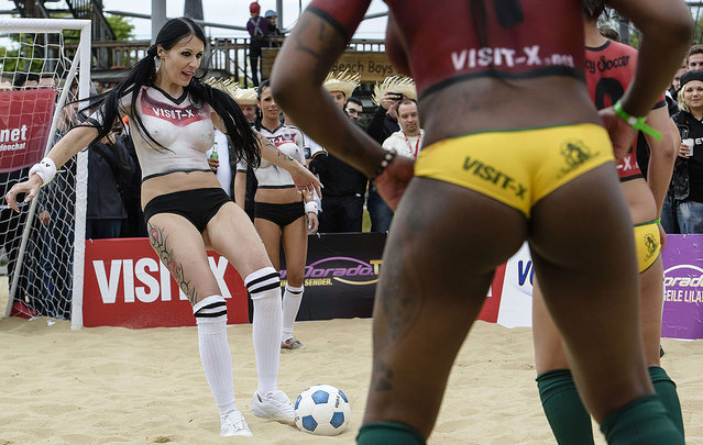 Když porno herečky hrají fotbal