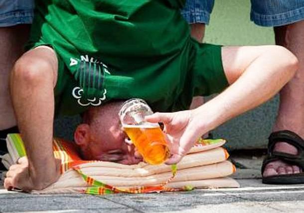 Pití piva hlavou vzhůru