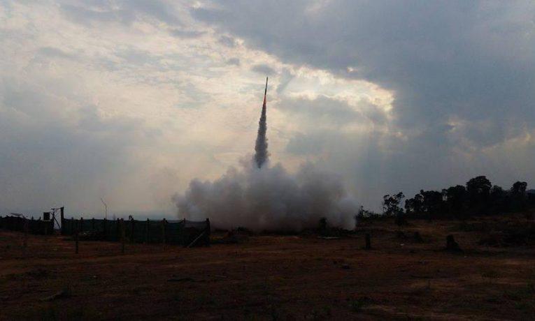 V Kambodže sází na podomácku vyráběné rakety. Výrobci na raketách docela slušně vydělávají.