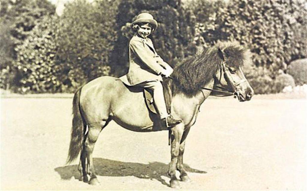 """Britská královna Alžběta II. si sázením na """"koníčky"""" vydělala přes 240 milionů korun"""