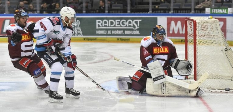 Nedělní hokejové odpoledne odstartuje zápas mezi Spartou a Chomutovem. Piráti by chtěli napravit svojí letošní mizérii, kdy nevyhráli ani jedno z úvodních pěti utkání, přičemž navíc v posledním zápase inkasovali 9 gólů od plzeňské Škodovky.