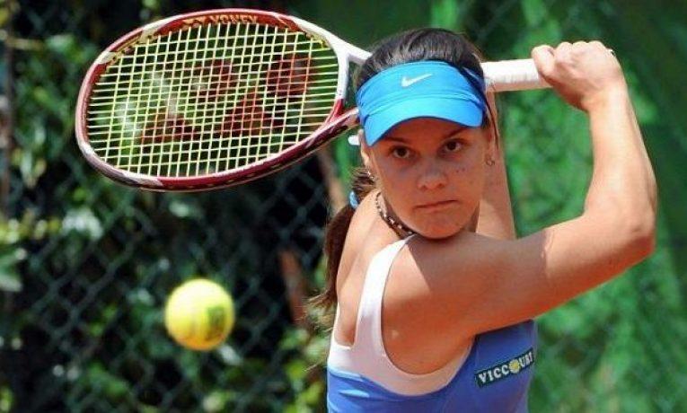 Helena Ploskinová ve svých 22 letech musela ukončit profesionální tenisovou kariéru, bylo jí totiž prokázáno prodávání zápasů.